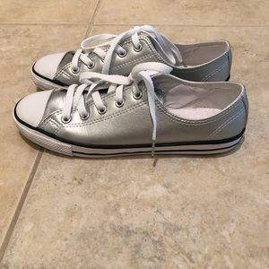 NWOT Silver Converse low top sneakers. Size 7